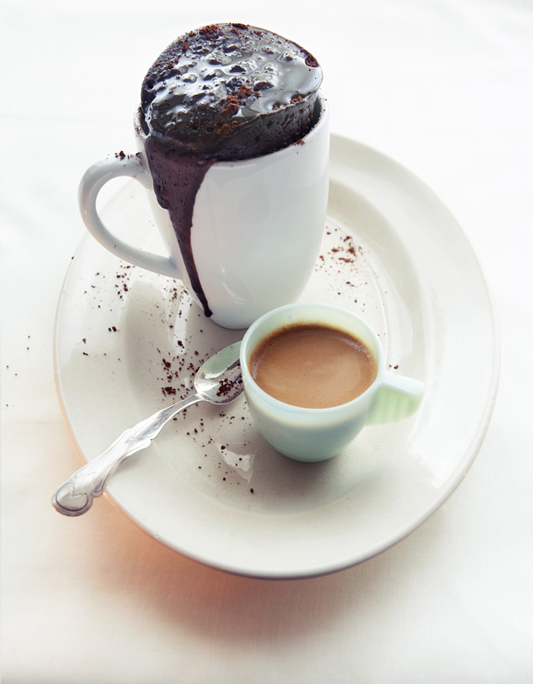 Sticky Chocolate Cake in Your Coffee Mug in 3 Minutes. Photo: Oof Verschuren