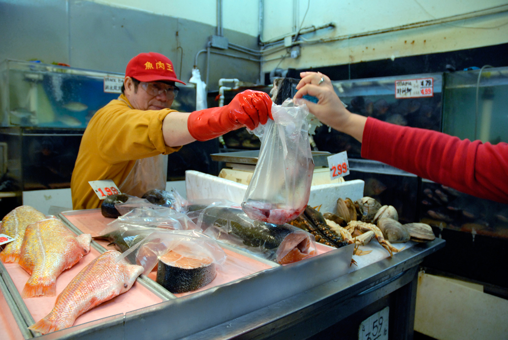 buy a live fish in oakland chinatown for a traditional