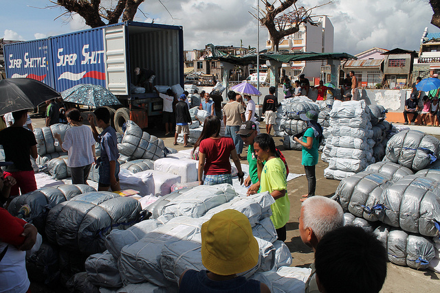 Food and aid distribution in Tanunan. Photo: UNHCR/Flickr
