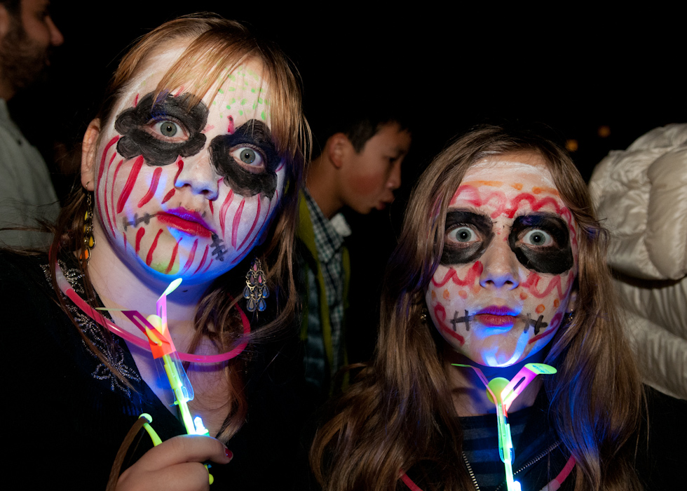 Two girls with light toys. Photo: Naomi Fiss