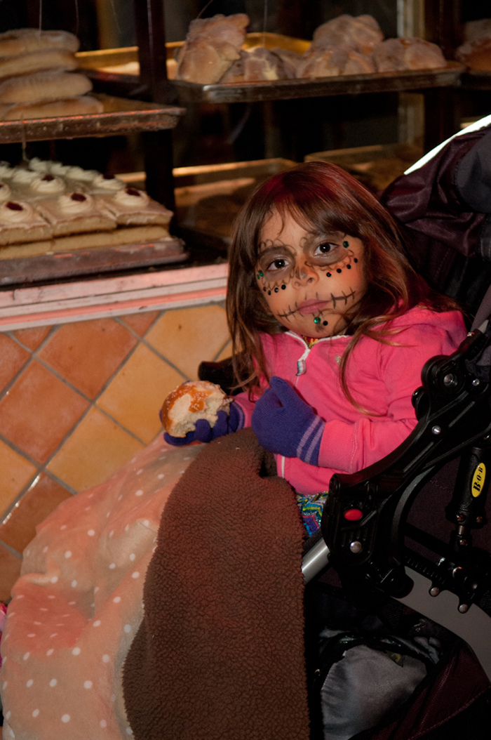 Child eating pan de muerto. Photo: Naomi Fiss