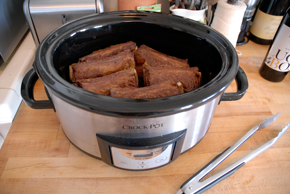 Transfer shortribs to the slow cooker, placing them in an even layer. Photo: Wendy Goodfriend
