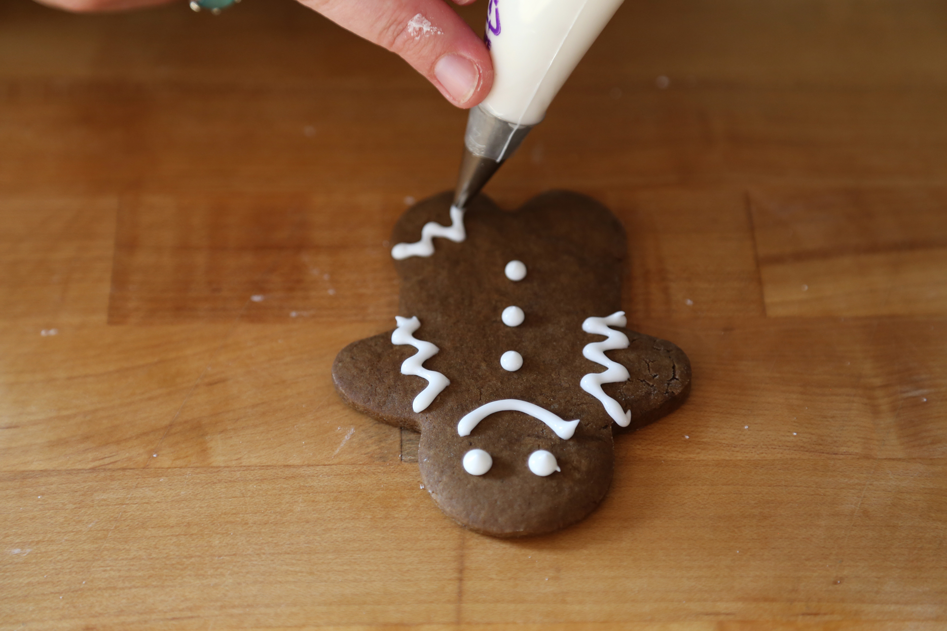 Transfer the icing to a small piping bag with a very small plain tip. Decorate the cookies with the royal icing as you like.