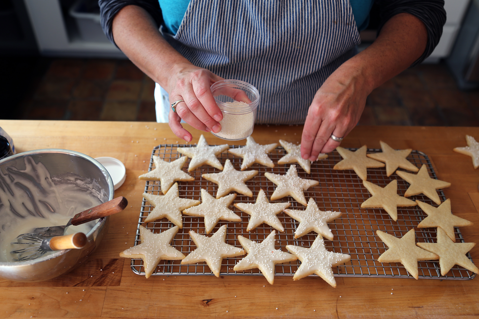 Sprinkle the star cookies with sparkle sugar for decoration and serve.