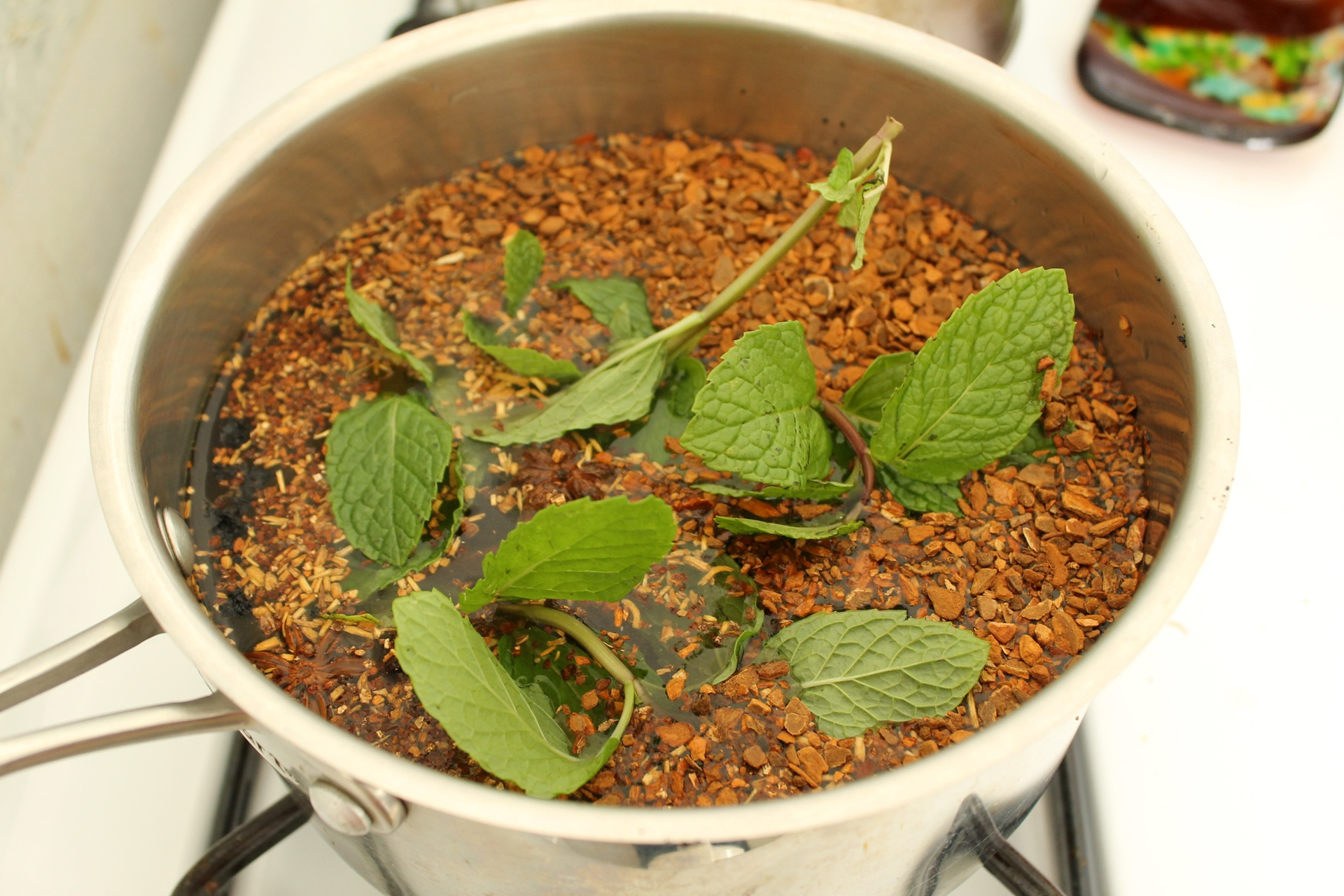Combine the roots and aromatics with water in a pot to steep.