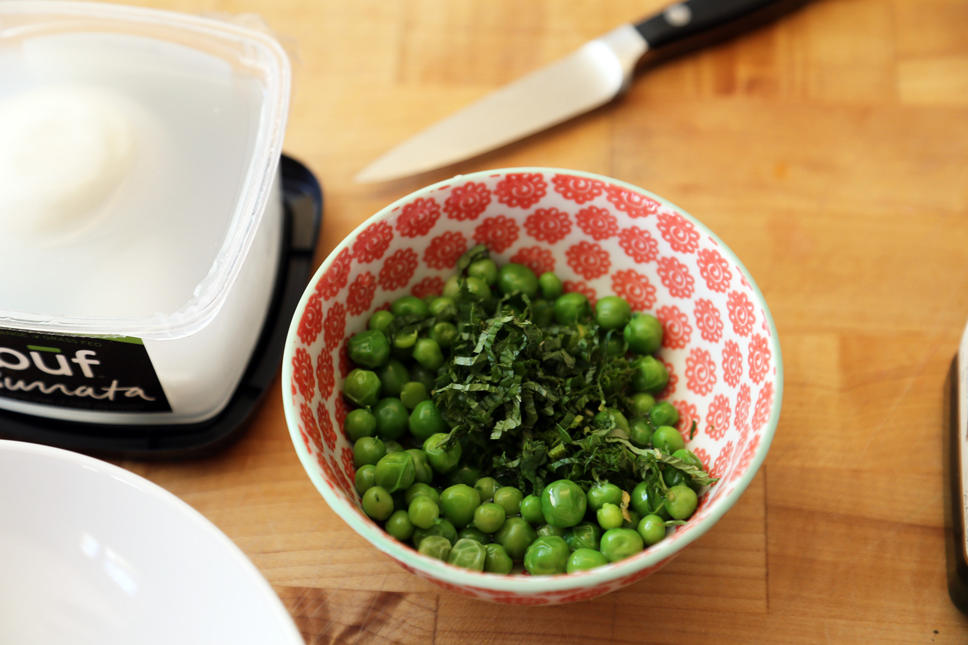 n a bowl, toss together the peas, olive oil, lemon juice, and mint.
