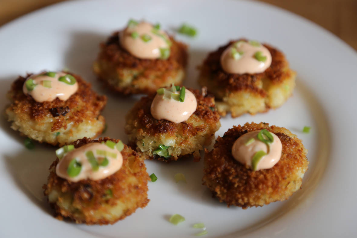 New Year's Eve: Bite-Sized Crab Cakes with Spicy Sriracha Mayo