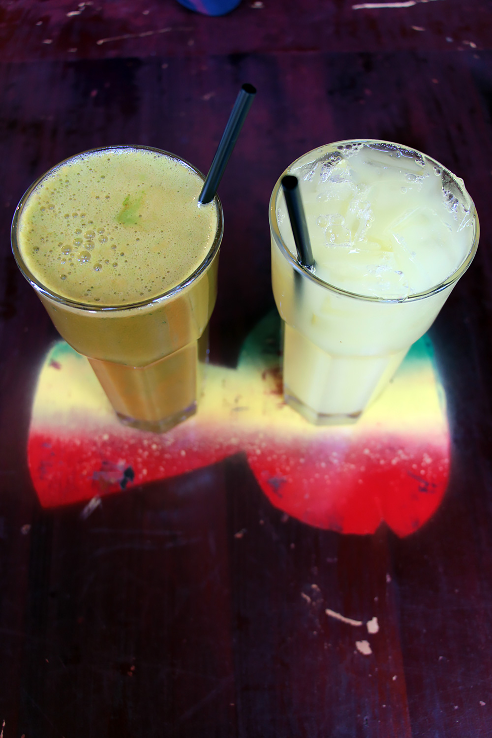 Kale, ginger, apple and carrot smoothie (L) or ginger and pineapple juice (R).