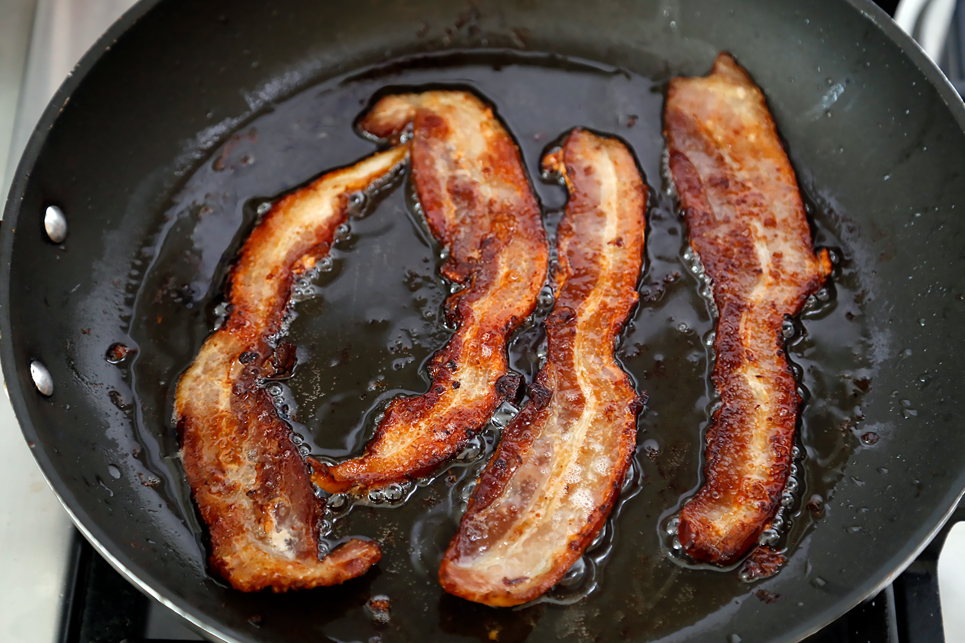 In a frying pan over medium heat, fry the bacon until crisp. Drain on paper towels.