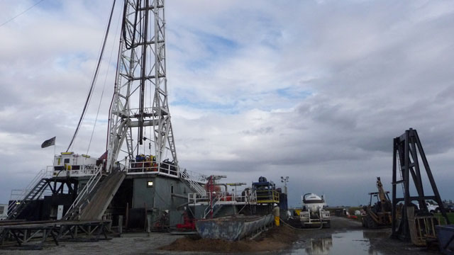 Gas well being drilled outside Sacramento. (Lauren Sommer/KQED)