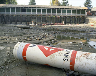 Lake Tahoe dam in 1988 when flow into the Truckee River was extremely low. (Photo: CA DWR)