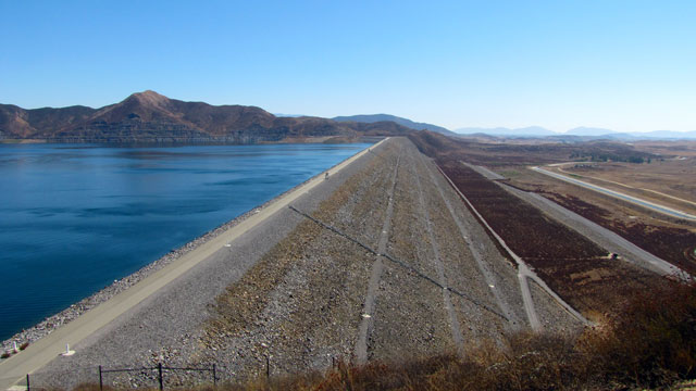 The west dam at Diamond Valley Lake. (Lvi56/Wikimedia)