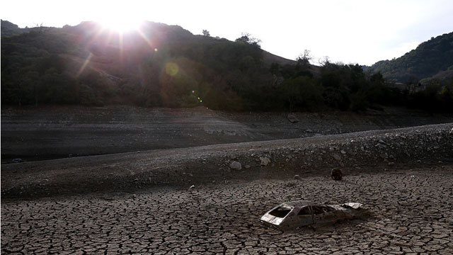 A car sits on the exposed bottom of the Almaden Reservoir in San Jose on January 28, 2014. (Justin Sullivan/Getty Images)