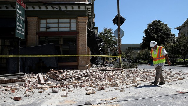 Dan Kavarian, chief building official with the City of Napa, surveys a building that was damaged by a 6.0 earthquake on August 24, 2014 in Napa, California. (Photo by Justin Sullivan/Getty Images)