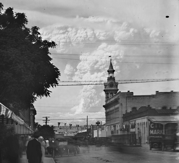 May 22 eruption cloud seen at Red Bluff