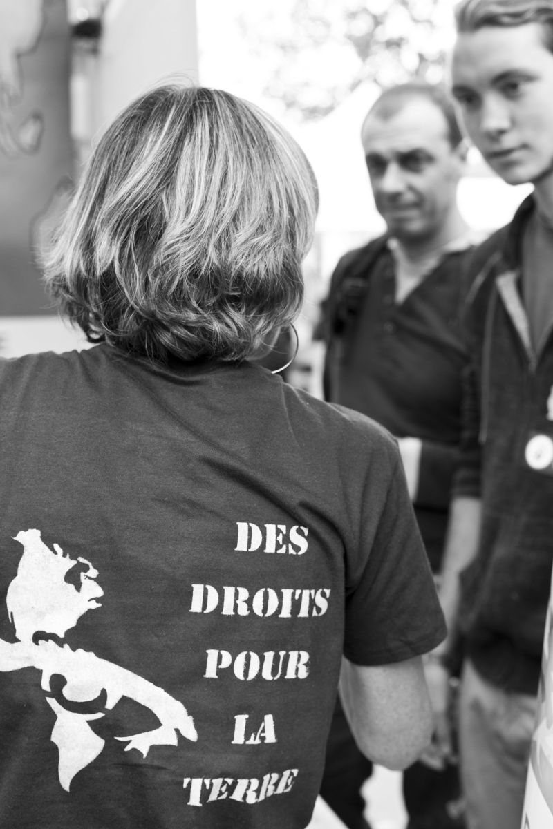 "In the run-up to the Paris climate talks, the Alternatiba association organized a ""Village of Alternatives"" for the environment and the climate, over the weekend of Sept. 26-27. This t-shirt advocates legal rights for Earth."