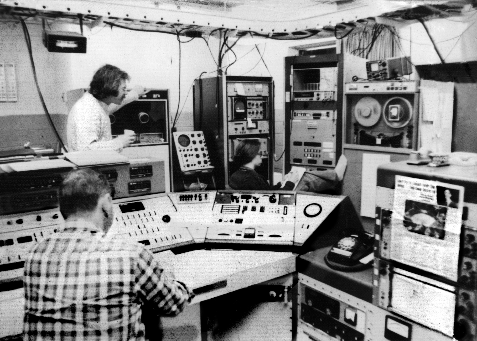 Tarter (background) gets comfortable in the control room at the National Radio Astronomy Observatory in 1976.