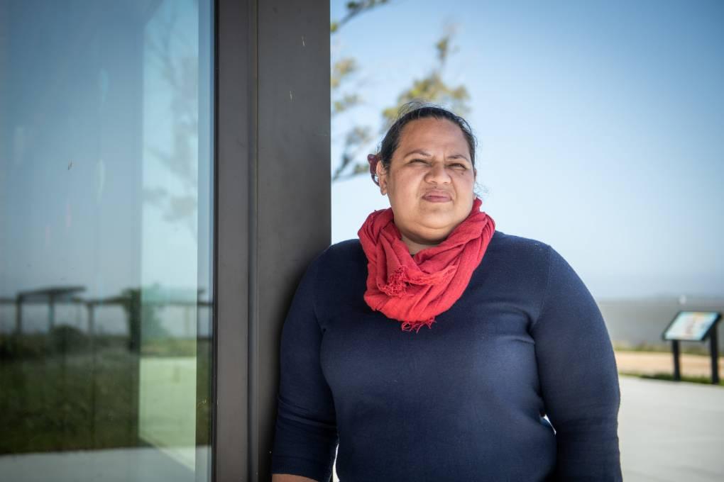 Violet Saena, directora ejecutiva del grupo 'Comunidades resistentes al clima' en el parque Cooley Landing del Este de Palo Alto.