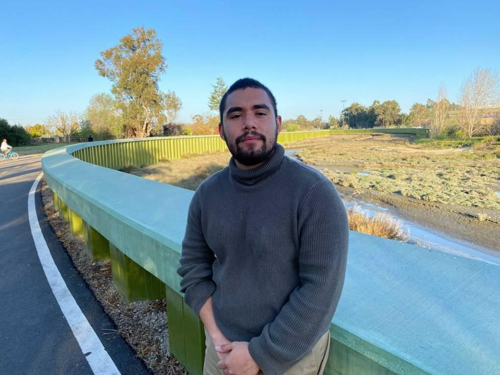 Antonio López, concejal de la ciudad del Este de Palo Alto, se recarga sobre un barendal cerca del arroyo de San Francisquito.