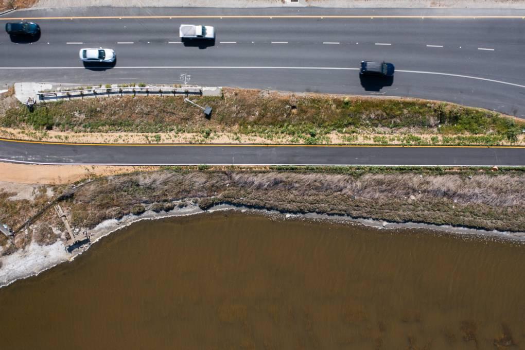 Una imagen aérea tomada por un drone del puente Dumbarton cerca de la costa del Este de Palo Alto.