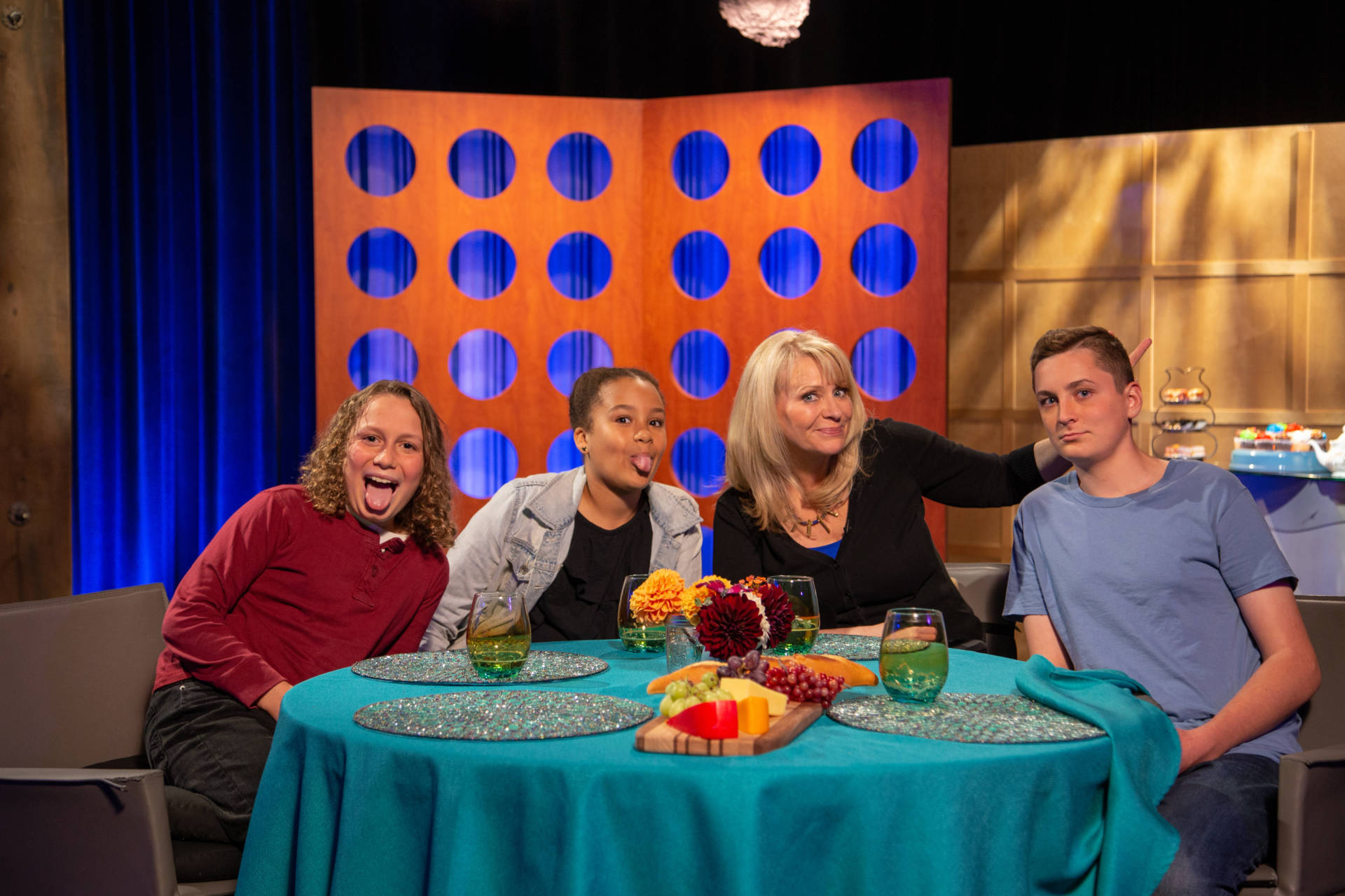 Host Leslie Sbrocco and guests on the set of season 13 episode 24.